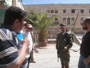 Hani Abuhaikal and Israeli border guard debate Hebron's history in Hebrew.